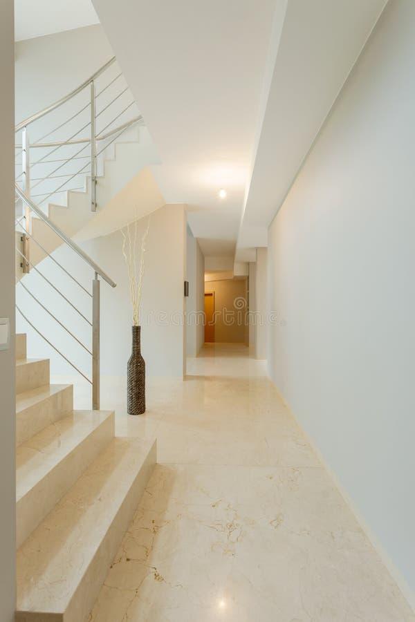 Escadas de mármore com interior brilhante imagens de stock
