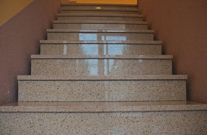 Escadas de mármore modernas dentro de uma construção que vai acima fotografia de stock