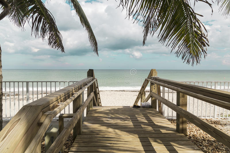 Escadas de madeira em dunas abandonadas da praia em Vero foto de stock royalty free