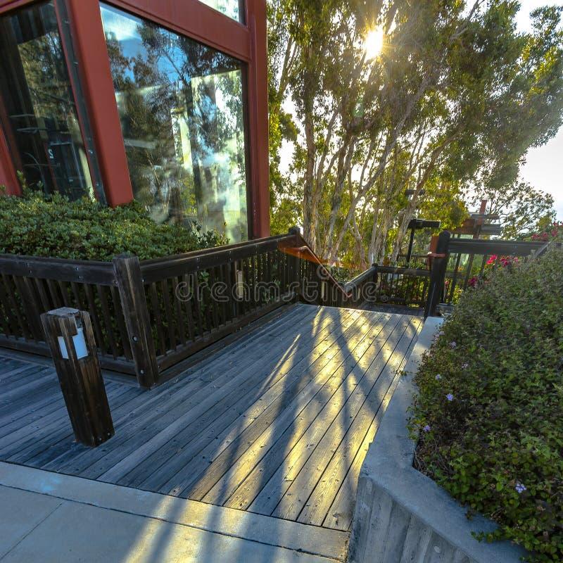 Escadas de madeira fora de uma construção em um dia ensolarado fotografia de stock royalty free