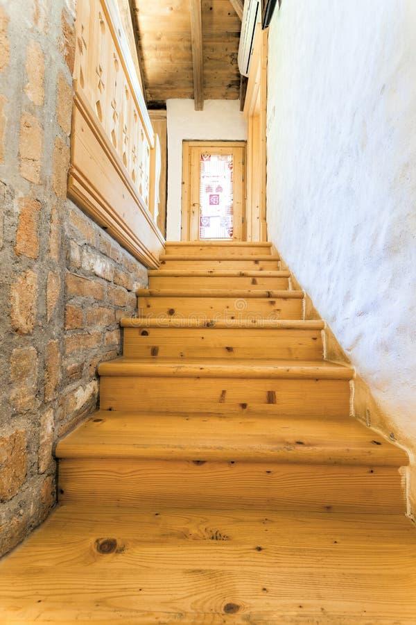 Escadas de madeira na casa rústica foto de stock