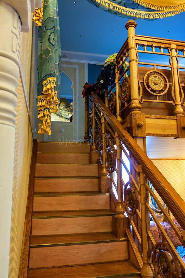 Escadas de madeira no interior da casa em cores mornas imagem de stock royalty free