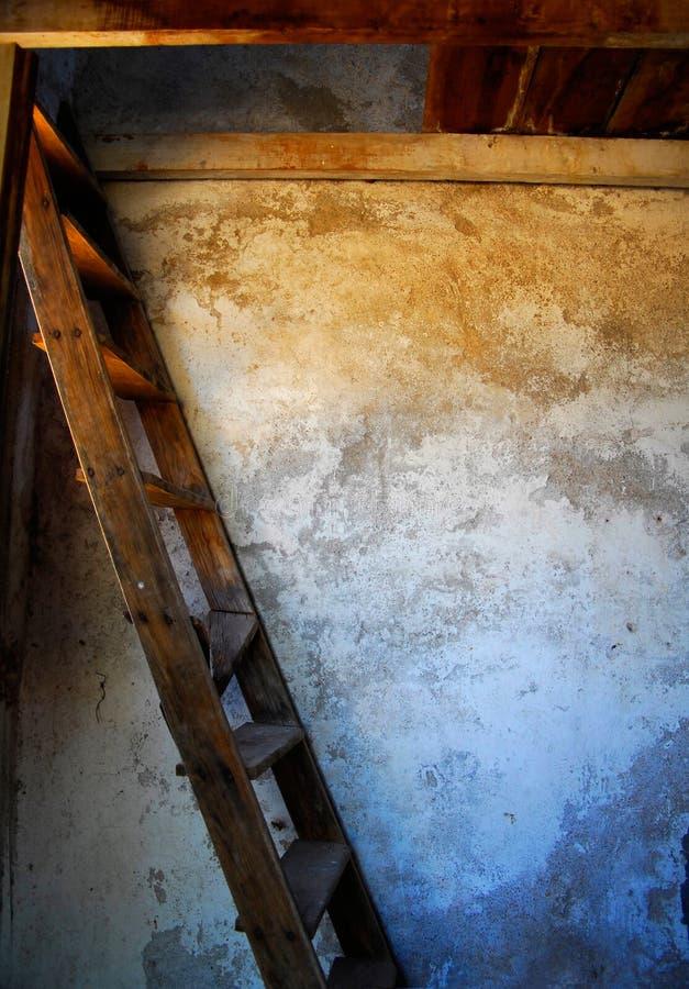 Escadas de madeira velhas foto de stock royalty free
