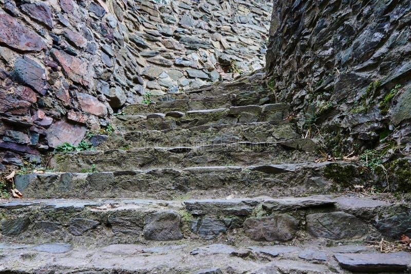 Escadas de pedra em um castelo medieval fotografia de stock