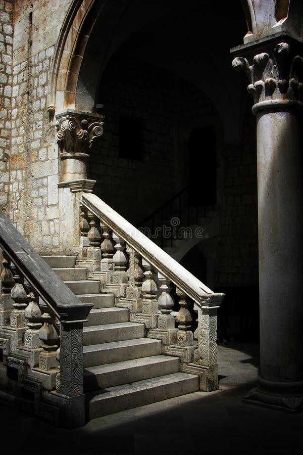 Escadas de pedra no palácio de Dubrovnik foto de stock