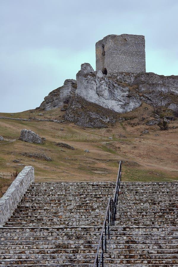 Escadas de pedra que conduzem ao castelo medieval fotografia de stock royalty free