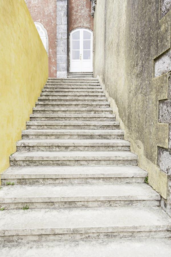 Escadas de pedra velhas na cidade de Sintra imagem de stock royalty free