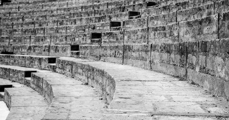 Escadas de um anfiteatro antigo de Pompeia em preto e branco Italy imagens de stock royalty free