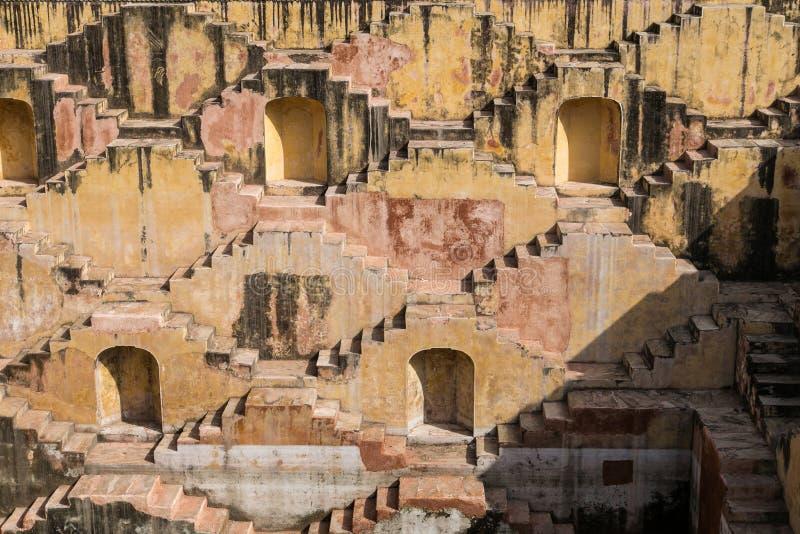Escadas de um stepwell ou de um baori, na Índia fotografia de stock