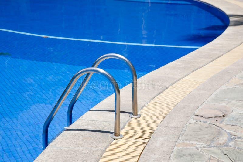 Escadas de uma piscina foto de stock