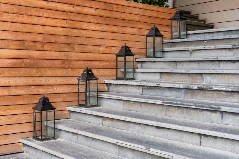Escadas do cimento com a lanterna retro em de madeira fotografia de stock
