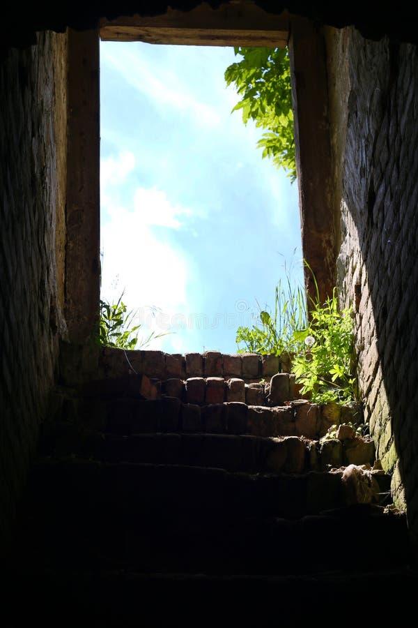 Escadas do Dungeon à saída foto de stock