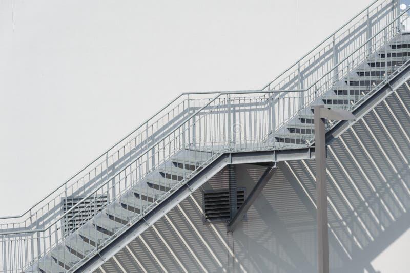 Escadas do metal fotos de stock royalty free