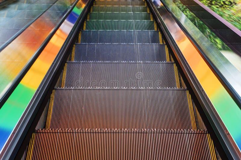 Escadas do metal de uma escada rolante vazia foto de stock