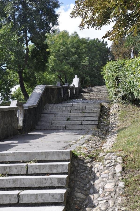 Escadas do parque de Cetatuia na cidade de Cluj-Napoca da região da Transilvânia em Romênia fotos de stock