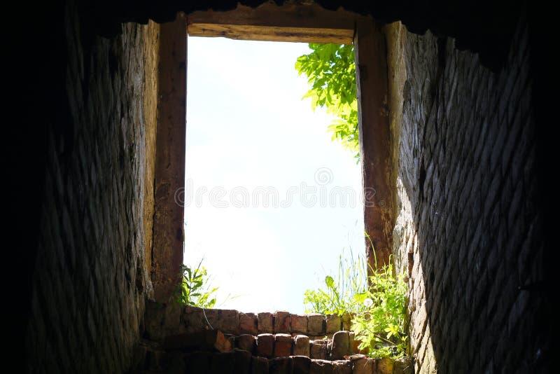 Escadas do porão à saída fotos de stock royalty free