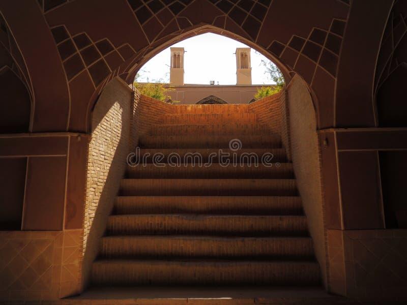 Escadas do porão e torres sustentáveis do vento da arquitetura fotografia de stock