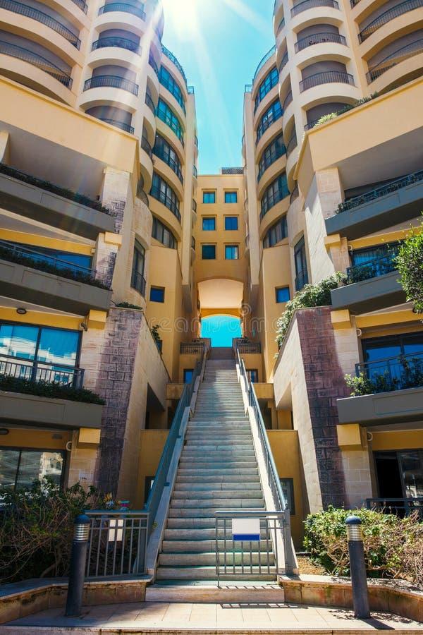 Escadas dos apartamentos de Portomaso, St Julians, Malta imagem de stock royalty free