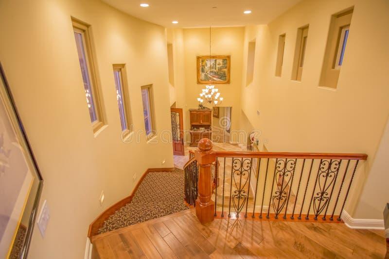 Escadas e candelabro na casa de Califórnia fotos de stock