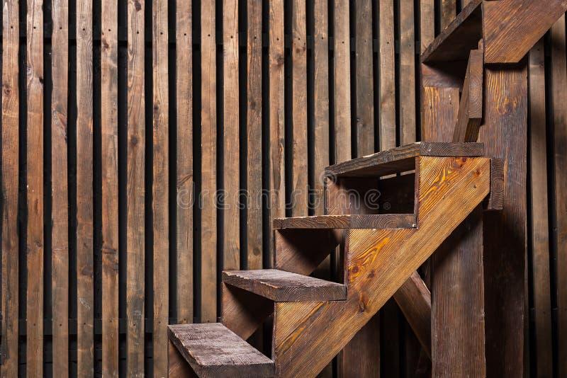 Escadas e parede de madeira de Brown fotografia de stock