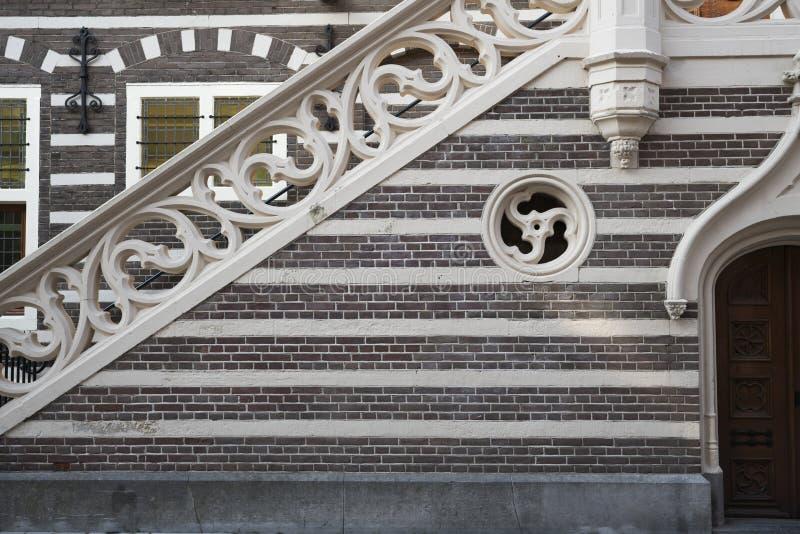 Escadas e parede de tijolo da câmara municipal, Alkmaar, os Países Baixos imagens de stock royalty free