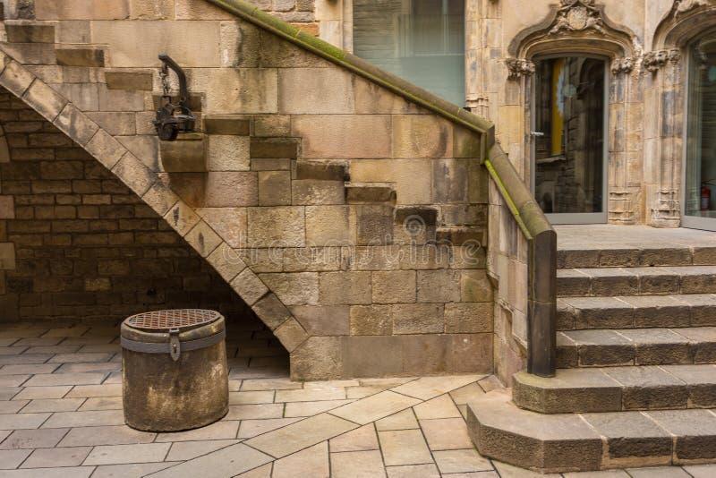 Escadas e um poço velho no pátio do museu da história da cidade de Barcelona, Barcelona, Espanha foto de stock royalty free