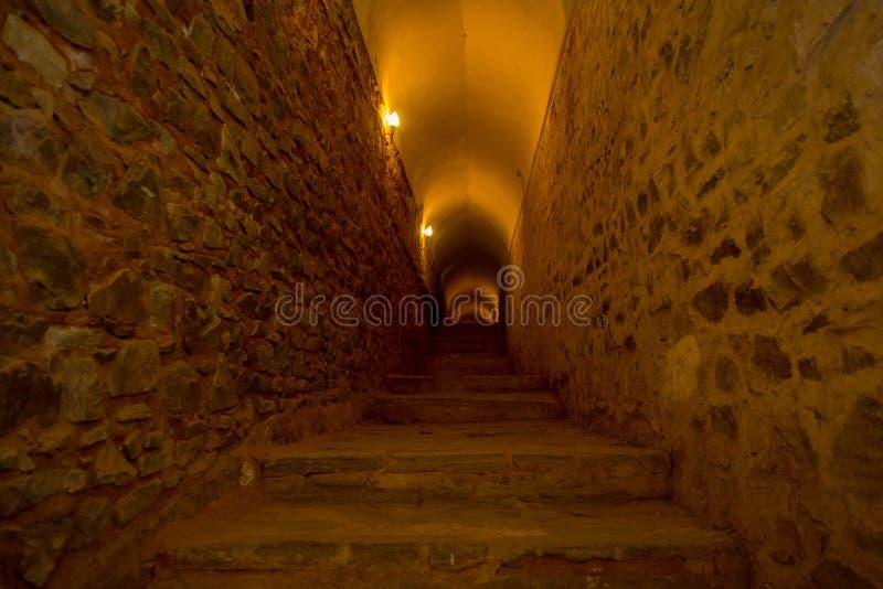 Escadas em um túnel em Amber Fort, Jaipur, Índia fotografia de stock royalty free