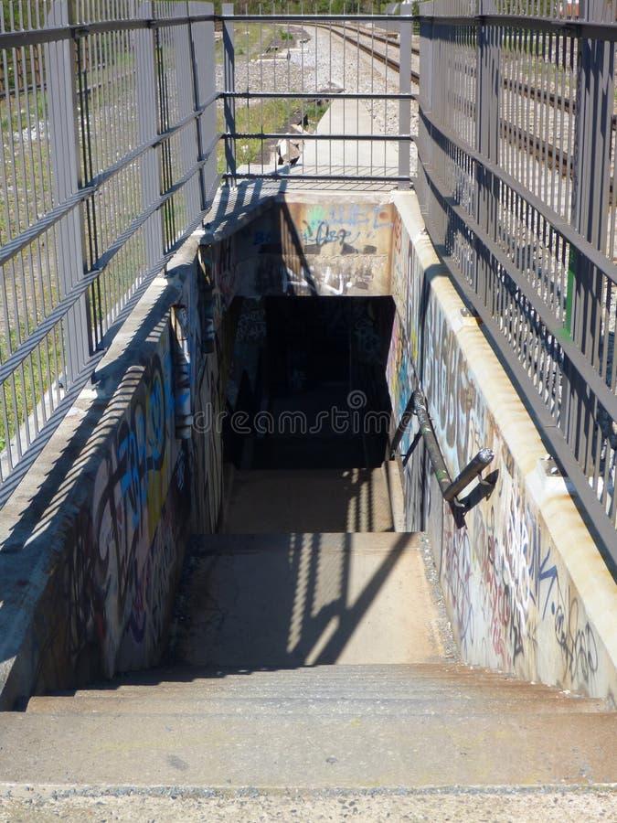 Escadas em uma linha pedestre em uma ponte railway fotografia de stock royalty free