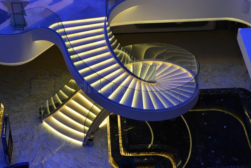 Escadas espirais modernas decoradas com luz conduzida fotos de stock royalty free