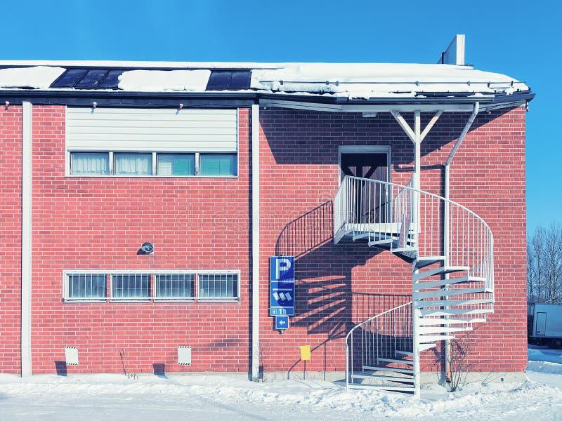 Escadas espirais na casa do tijolo no inverno Rovaniemi fotografia de stock royalty free