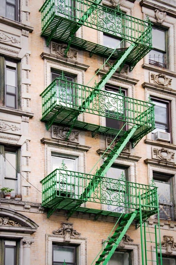 Escadas exteriores verdes do escape de fogo do metal, New York imagens de stock royalty free