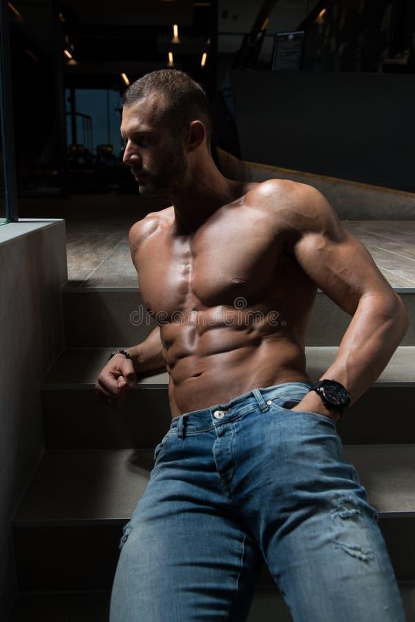 Escadas modelo de Flexing Muscles On imagem de stock royalty free