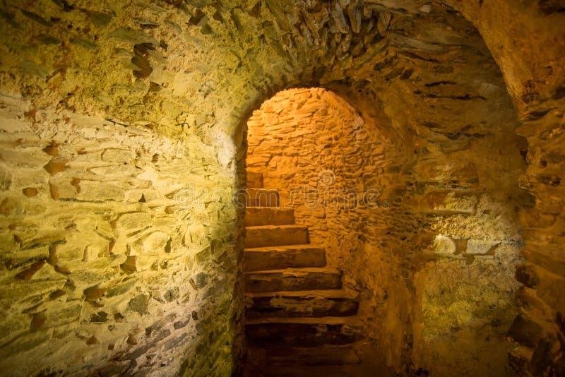 Escadas na adega medieval fotografia de stock