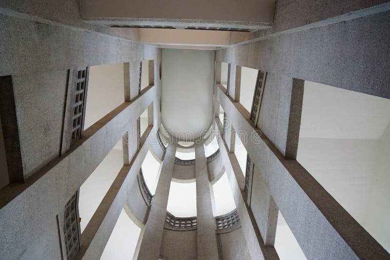 Escadas na perspectiva velha da rã do tiro do detalhe da construção fotos de stock