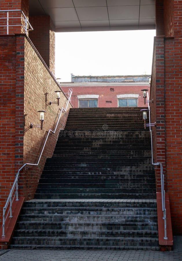Escadas no arco do tijolo fotografia de stock