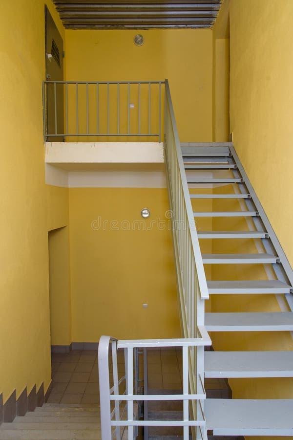 escadas no corredor da construção escadaria em uma casa moderna da classe de economia fotos de stock