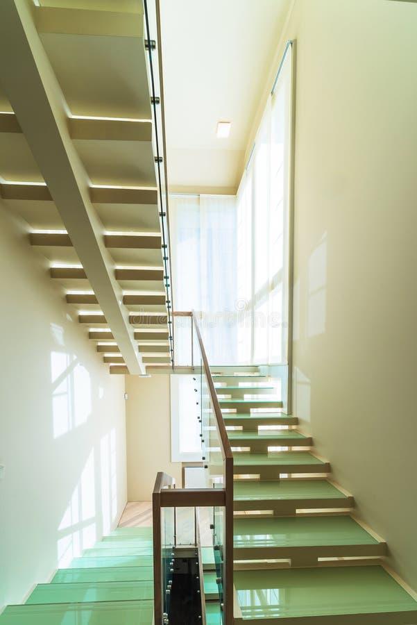 Escadas no interior home moderno imagem de stock