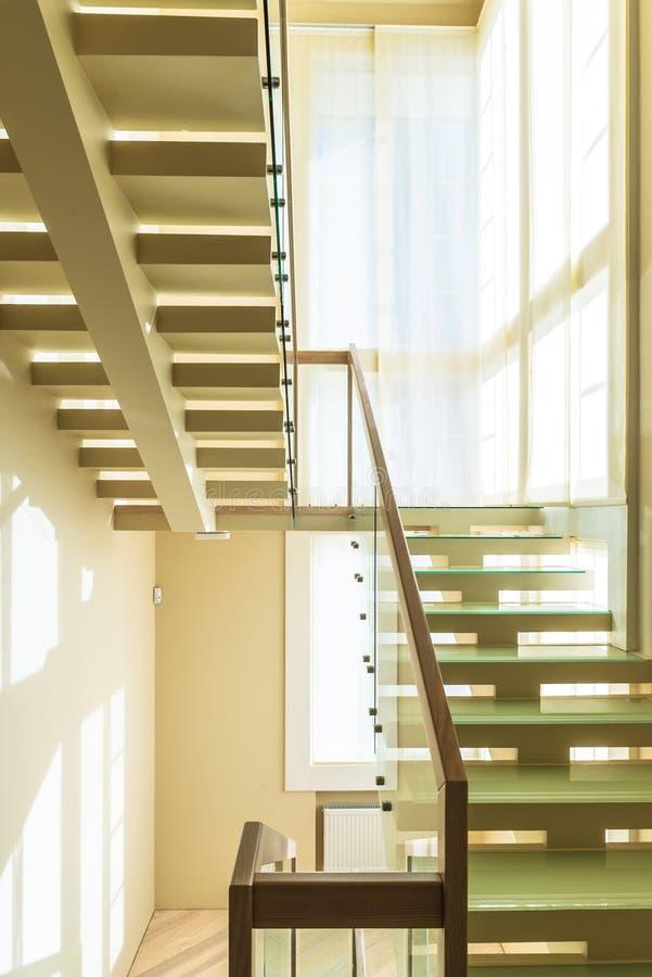 Escadas no interior home moderno imagens de stock royalty free
