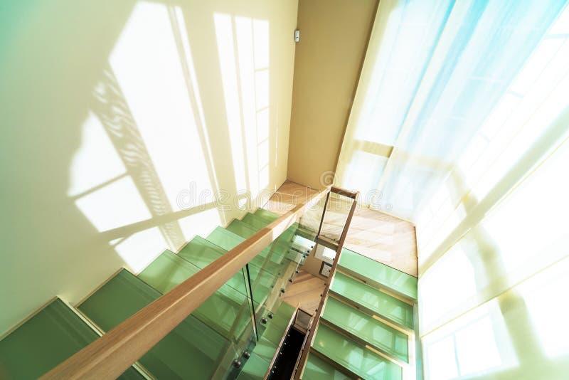 Escadas no interior home moderno foto de stock