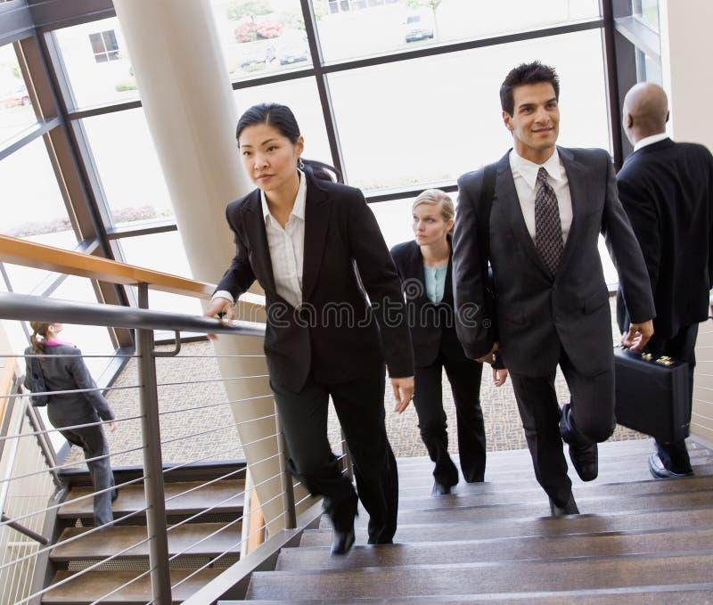 Escadas ocupadas Multi-ethnic do escritório co-workerson fotos de stock