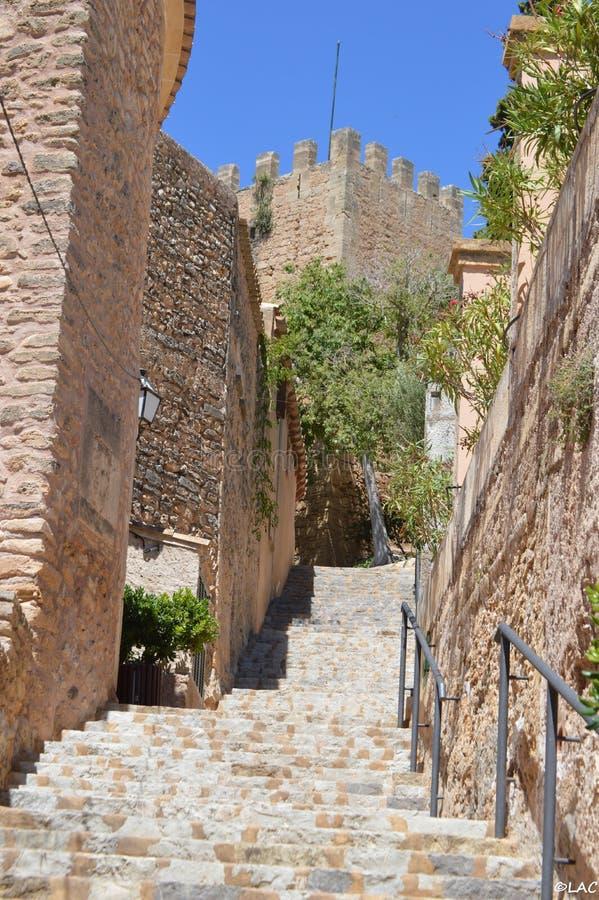 Escadas para o castelo de Capdepera em Mallorca fotografia de stock royalty free