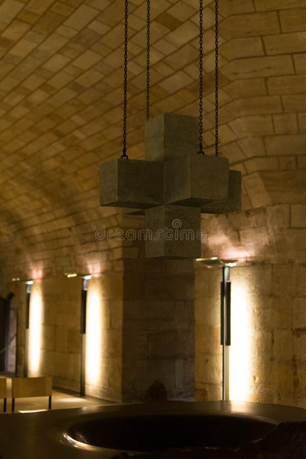 Escadas, parede e assoalho de pedra velhos brancos Fundo imagens de stock royalty free