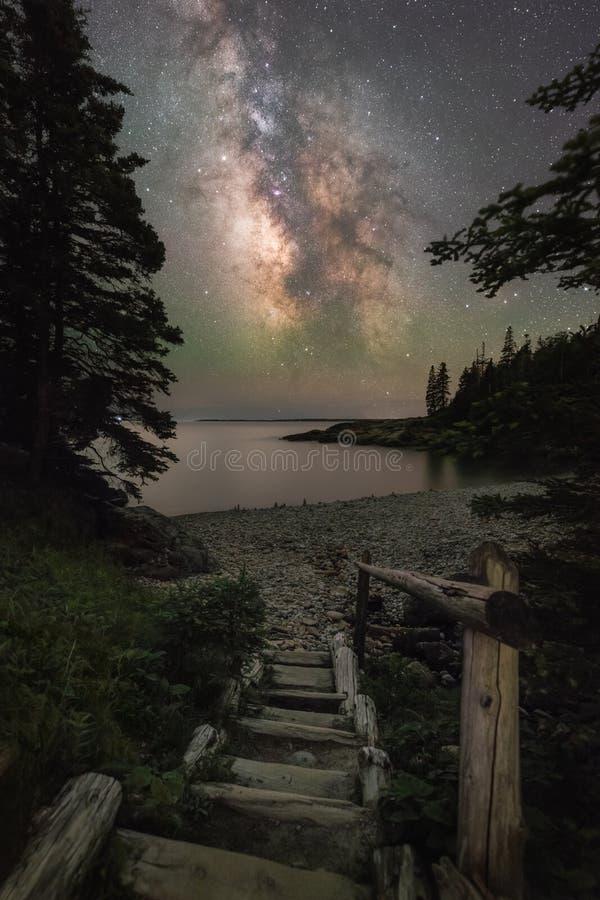 Escadas que conduzem à galáxia da Via Látea no parque nacional do Acadia imagem de stock