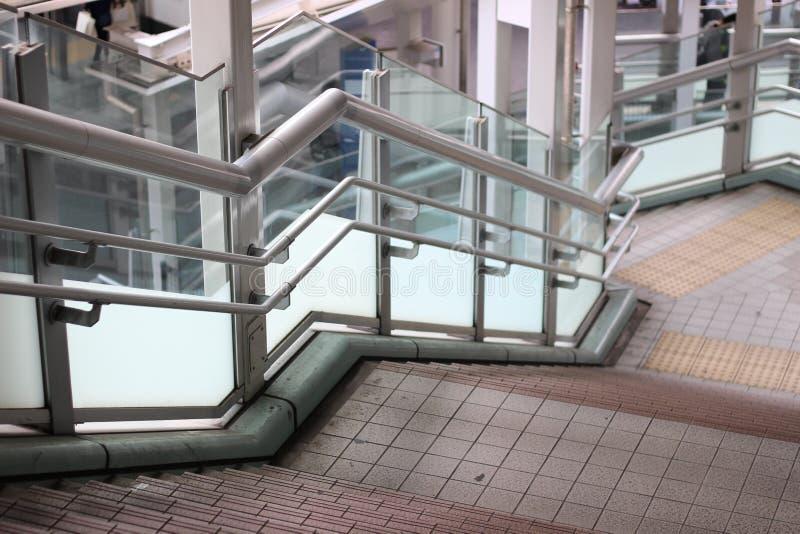 Escadas que conduzem para baixo com painéis de vidro fotos de stock royalty free