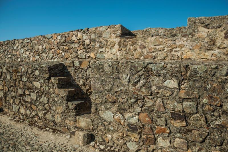 Escadas que vão acima ao caminho sobre uma parede grossa em Marvao fotografia de stock royalty free