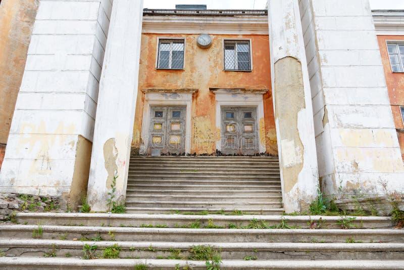 Escadas quebradas em uma construção velha fotografia de stock