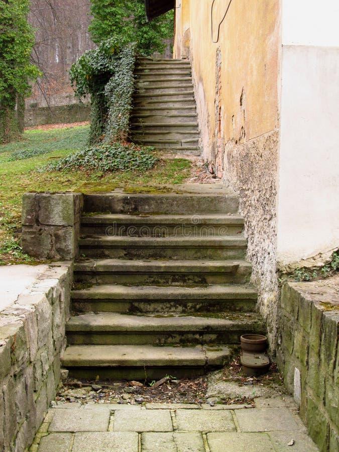 Escadas quebradas velhas fotografia de stock