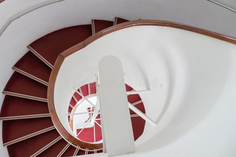 Escadas redondas com etapa vermelha fotografia de stock