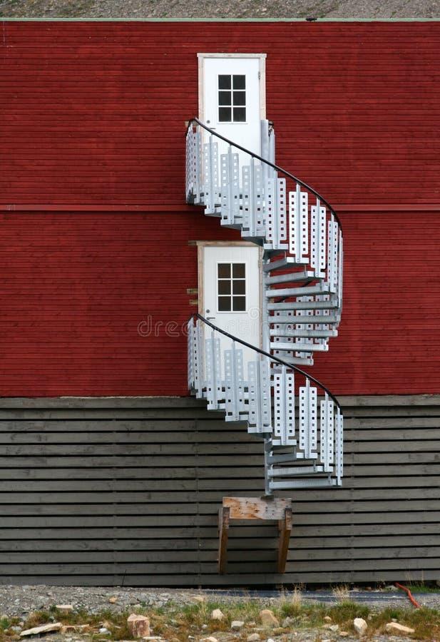 Escadas redondas da casa dos mineiros em Svalbard imagens de stock