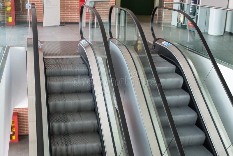 Escadas rolantes dentro da construção pública no movimento contínuo fotografia de stock royalty free